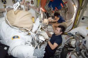船外活動の準備を行う星出、ウィリアムズ両宇宙飛行士 / 米国の船外活動(US EVA20)の準備を行う星出彰彦、サニータ・ウィリアムズ両宇宙飛行士 / 「クエスト」(エアロック) / 撮影日:2012年10月30日(日本時間)(Photo by JAXA/NASA)