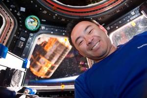 SSRMSに把持された「こうのとり」3号機と星出宇宙飛行士 / ISSのロボットアーム(SSRMS)に把持された宇宙ステーション補給機「こうのとり」3号機(HTV3)と星出彰彦宇宙飛行士 / キューポラ / 撮影日:2012年7月27日(日本時間)(Photo by JAXA/NASA)