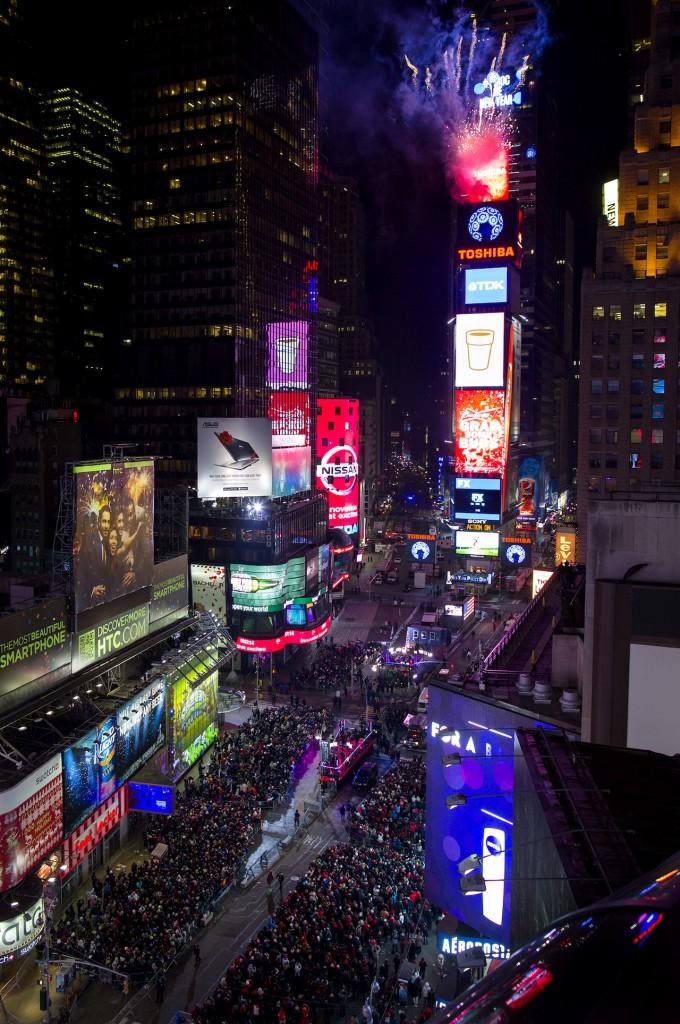 ニューヨークのタイムズスクエアでは、大晦日のカウントダウンに使われるクリスタルボールが、花火とともに定位置に据えられる(AP Photo/Craig Ruttle)