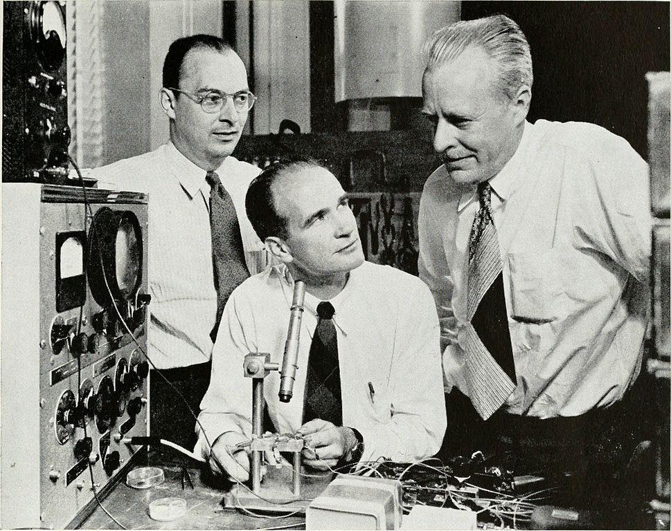 トランジスタを発明したウィリアム・ショックレー (中央) と共同発明者のジョン・バーディー(左)、ウォルター・ブラッテン(右) (Courtesy photo)