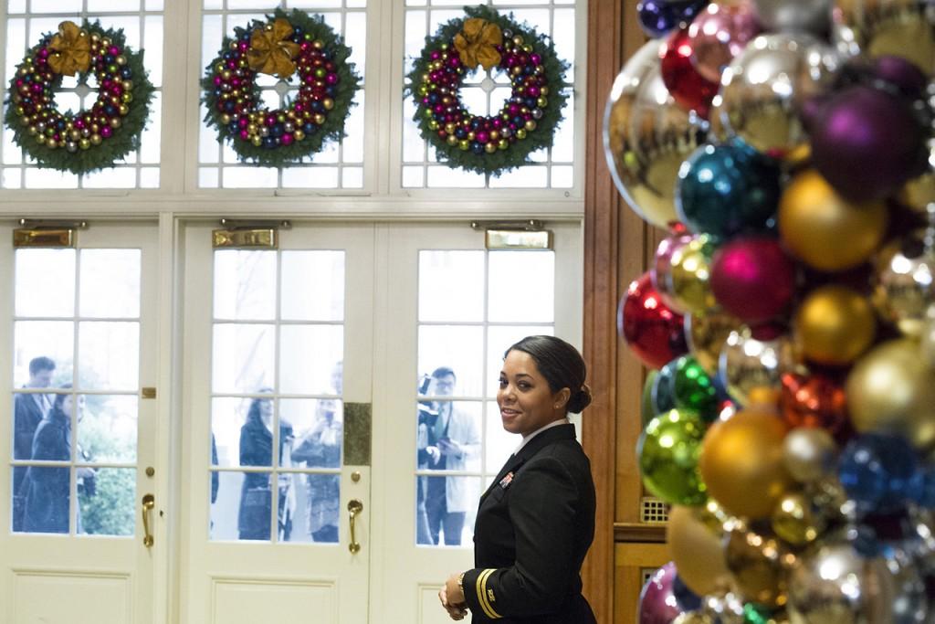 ホワイトハウスで招待客を迎えるロール海軍大尉 (DoD News)