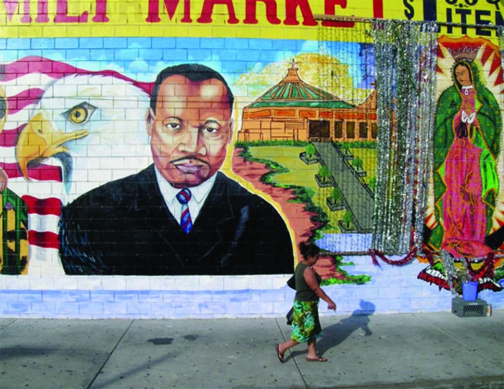 アメリカのシンボル(ワシと星条旗)とメキシコのシンボル(グアダルーペの聖母とグアダルーペの聖母のバシリカ)の間にキング牧師を描いたロサンゼルスの壁画(© Camilo Vergara)