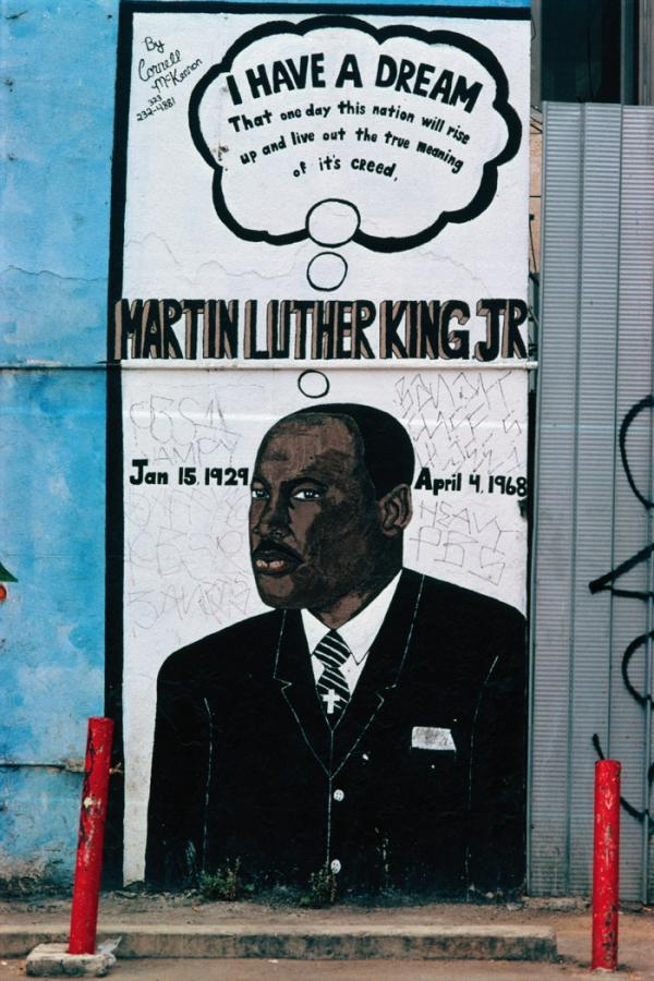 ロサンゼルスの駐車場を見下ろすキング牧師の壁画(© Camilo Vergara)