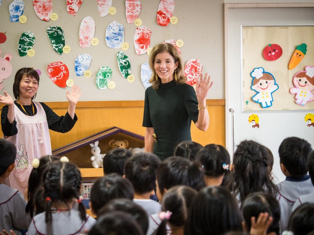 幼稚園では園児たちと交流しました