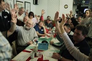 ワシントン州で投票する党員集会の参加者。各党の討論会が党員集会と予備選挙の有権者に与える影響は60パーセントである(© AP Images)