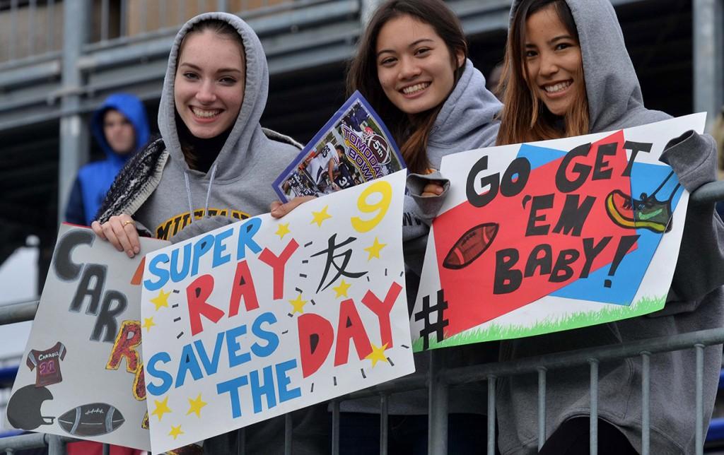 出場しているクラスメートを応援するアメリカンスクールの生徒たち (Photo by Dave Ornauer)