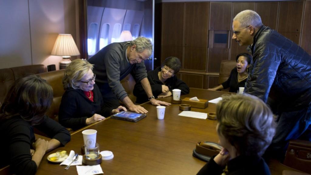 (3)機内でミシェル・オバマ大統領夫人、ヒラリー・クリントン前国務長官、オバマ大統領のスタッフ、閣僚、ローラ・ブッシュ前大統領夫人に、自らが描いた絵を見せるジョージ・W・ブッシュ前大統領 (White House)