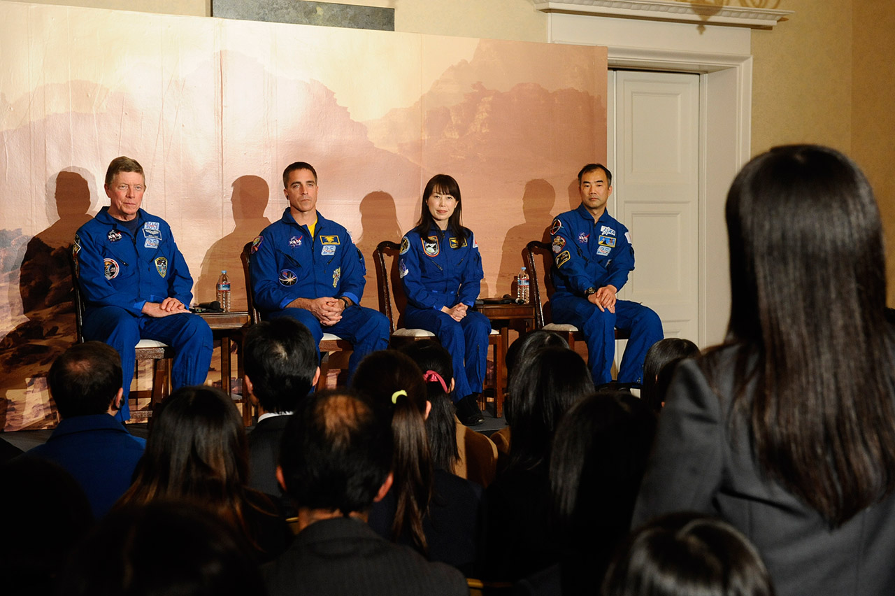 学生から宇宙のミッションについての質問を受けるゲスト宇宙飛行士の4人