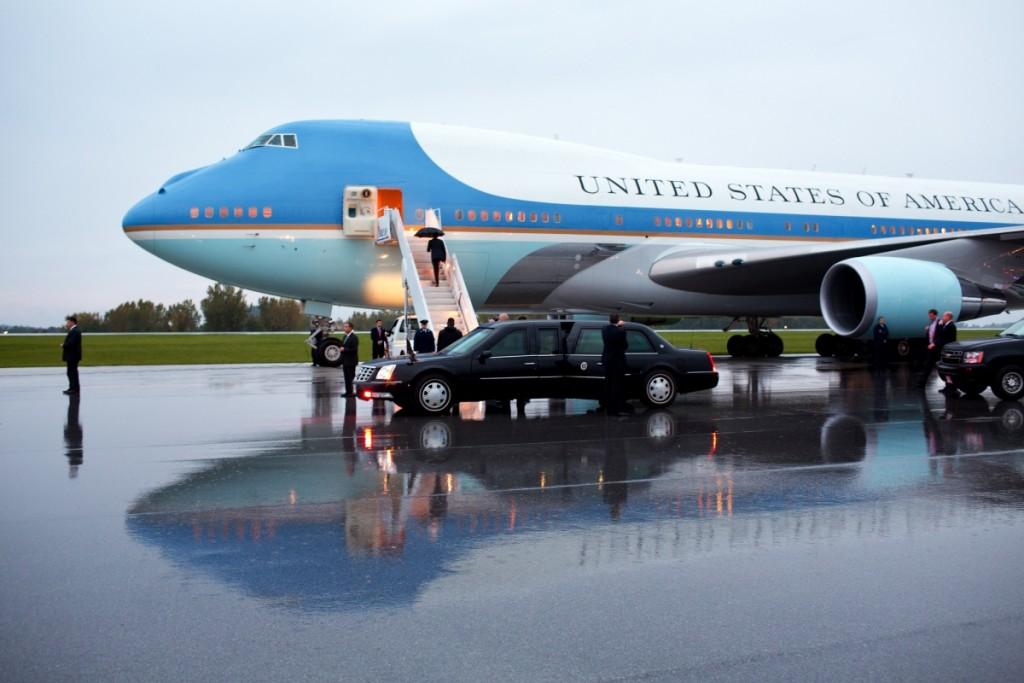 オハイオ州ノースカントンでエアフォースワンに搭乗するオバマ大統領 (White House)