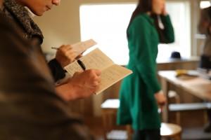 Kodoさんが無料で開催した「LGBTフレンドリーなメイクアップ教室」で熱心にノートをとる参加者