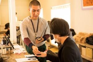 (日本語) 「LGBTフレンドリーなメイクアップ教室」で指導をするKodoさん