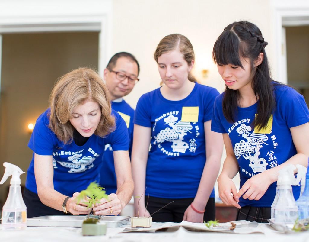 ケネディ大使に盆栽の手入れの仕方を教える都立園芸高校盆栽部の部長海阪花子さん