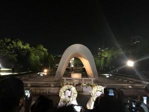 オバマ大統領が去った後も、広島の平和記念公園に集う人々