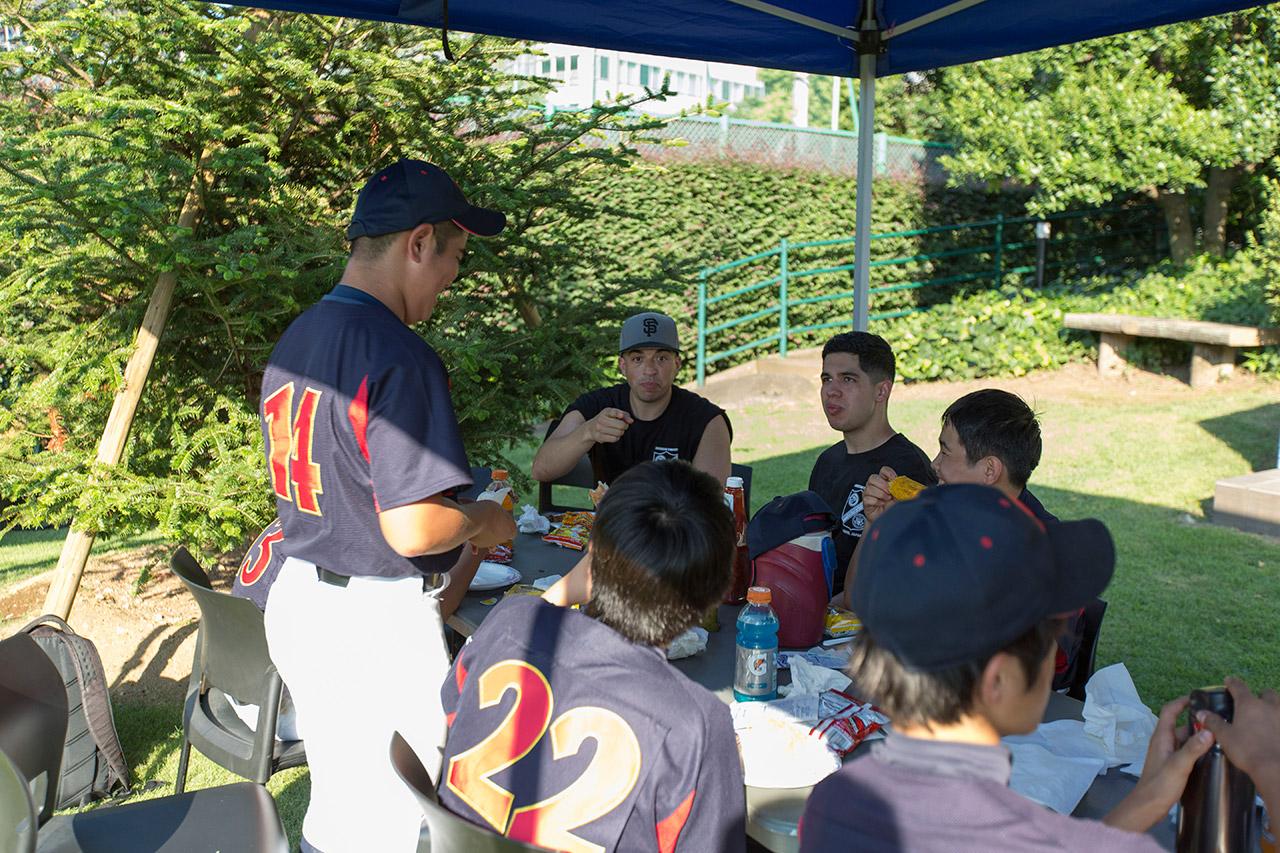 野球の話で盛り上がる子供たちと海兵隊
