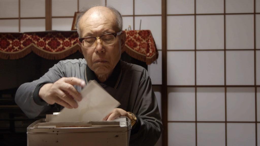 広島で亡くなった米兵捕虜関連の書類を見る森さん