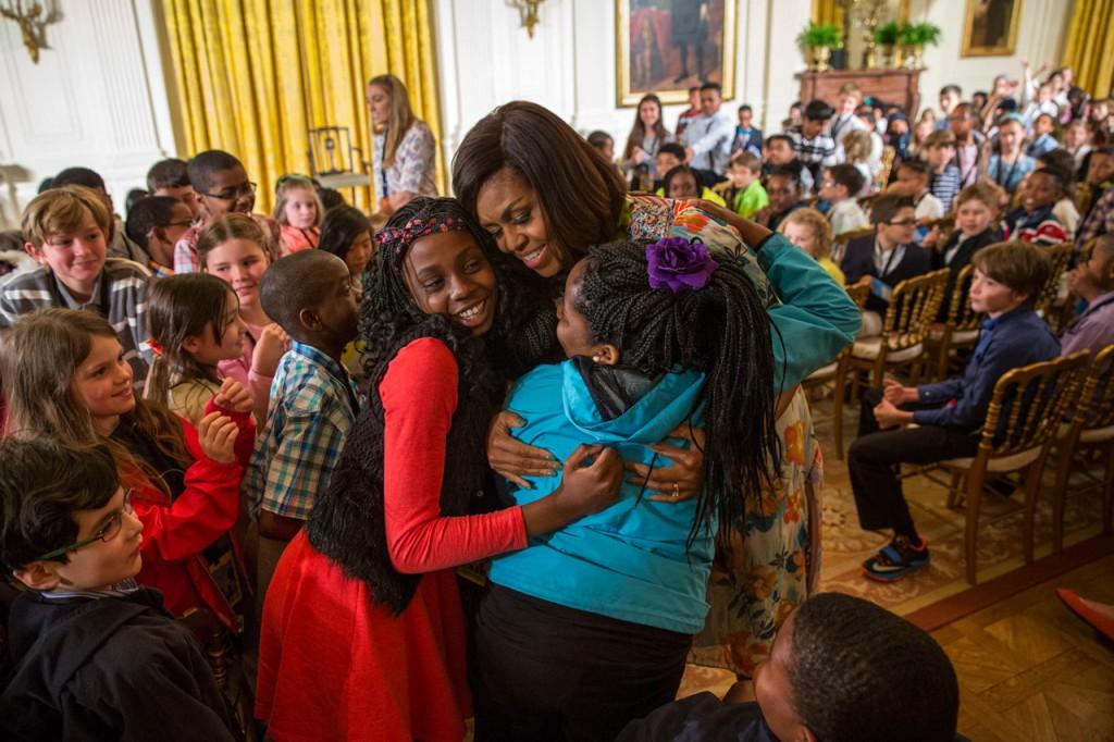 ホワイトハウスで子どもたちを抱きしめるミシェル・オバマ夫人 (© AP Images)