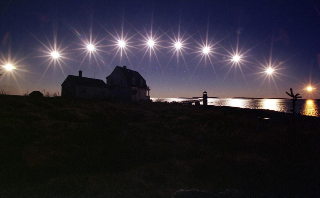 メーン州セントジョージで、冬至の日に多重露光技術を使って日の出から日の入りまでを写した写真 (© AP Images)