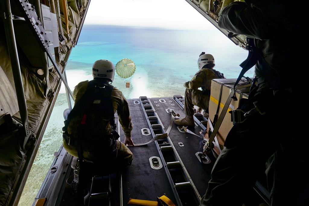 モグモグ島の投下地点に向かう輸送機 (DOD)