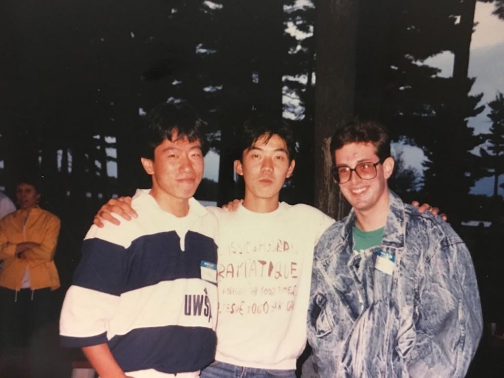 ウィスコンシン州立大学スティーブンスポイント校で友人と写真を撮る須賀さん(左)