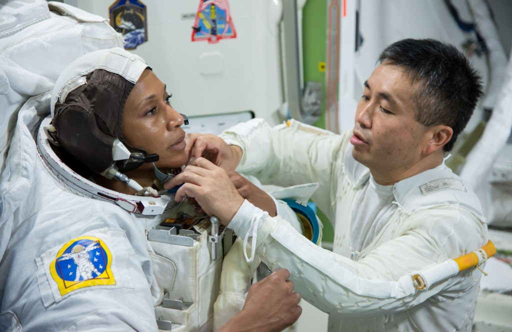 American NASA astronaut Jeanette Epps (left) with Japanese astronaut Koichi Wakata at the Johnson Space Center in Texas (NASA)