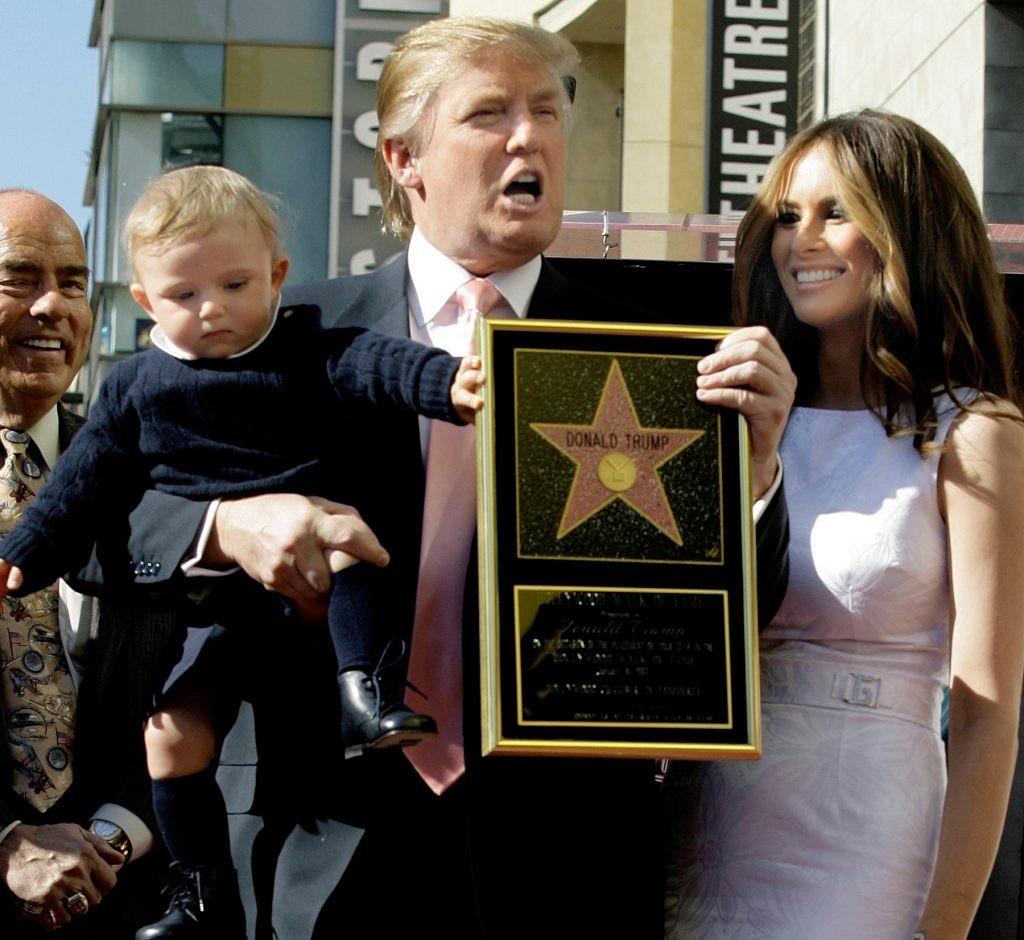 「ハリウッド・ウォーク・オブ・フェーム」に飾られる星型プレートを授与されたドナルド・トランプ氏、メラニア夫人、息子バロン (©AP Images)