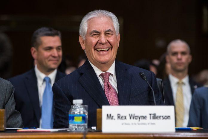 上院外交委員会の公聴会でのティラーソン氏 (© AP Images)
