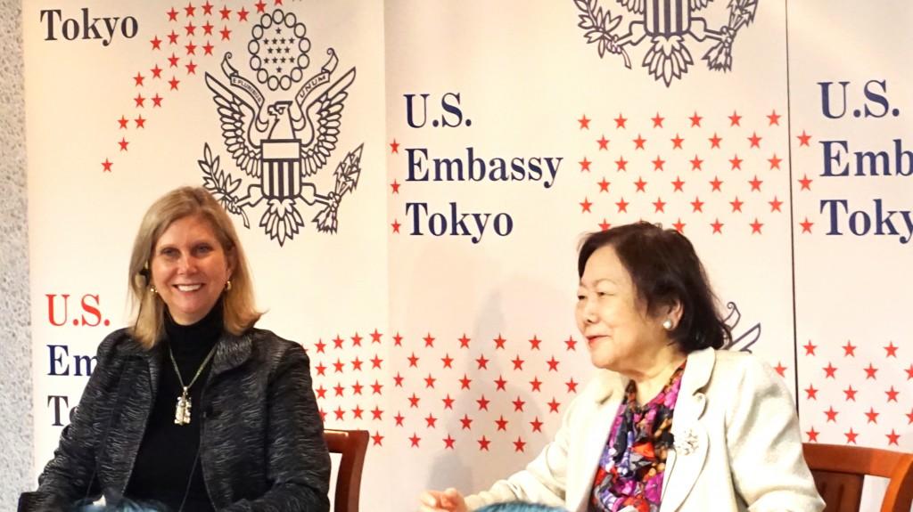 2017年1月26日、アメリカンセンターJapanのシンポジウムで話すマルゴ・キャリントン米国大使館広報・文化交流担当公使(左)と樋口恵子 東京家政大学名誉教授