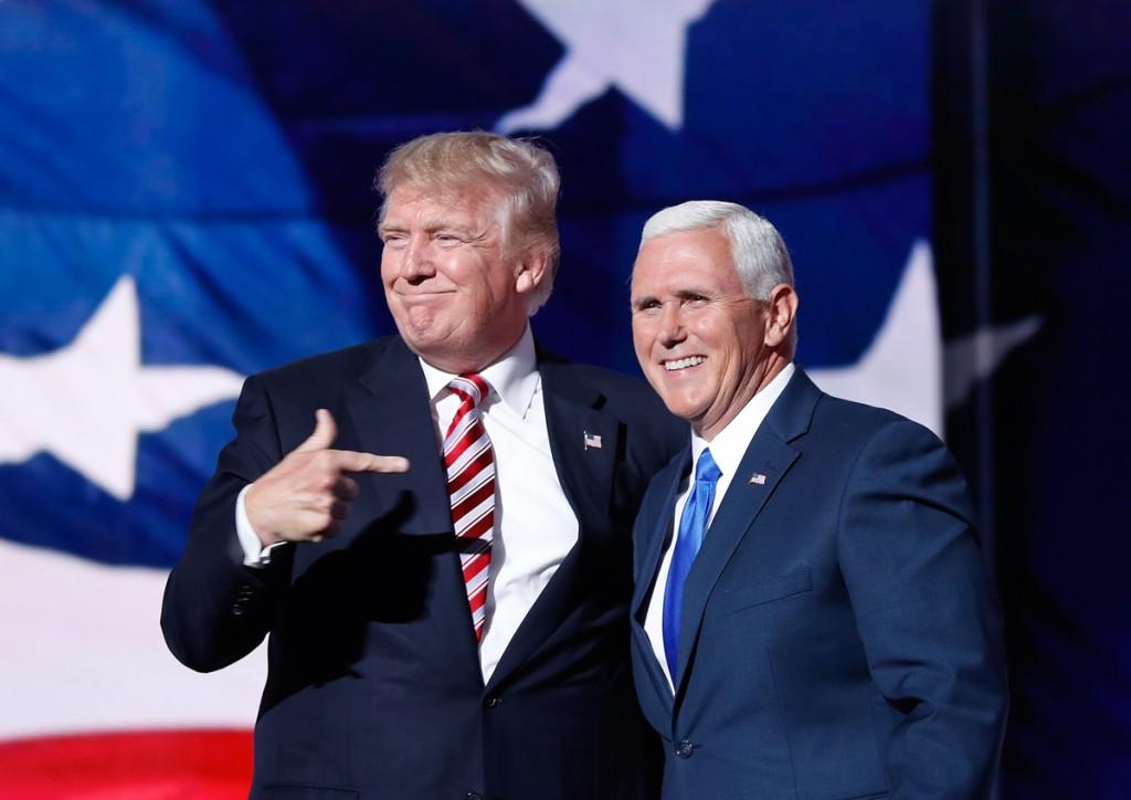 ドナルド・トランプ大統領候補者(当時)と、第48代副大統領となるマイク・ペンス副大統領候補者(当時)(© AP Images)