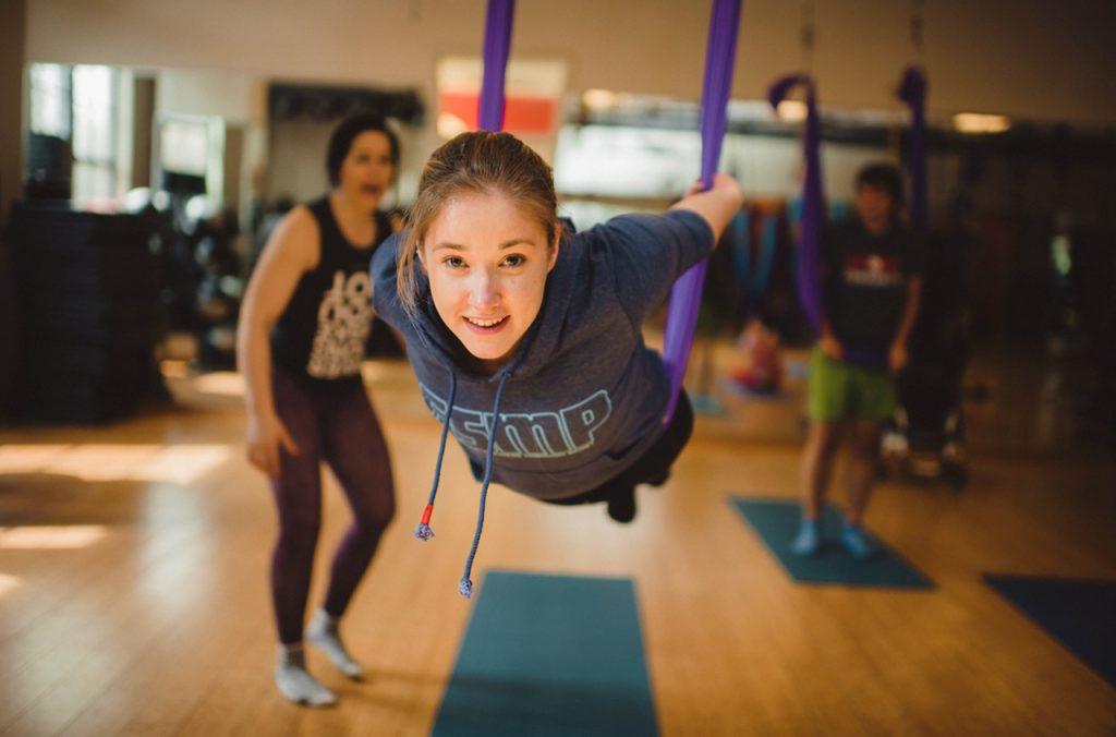 空中ヨガのトレーニングをするエストニアの水泳選手、ケイト・ジャーニマギさん。彼女は生まれつき二分脊椎症を患っています (State Dept./University of Tennessee/Jaron Johns)