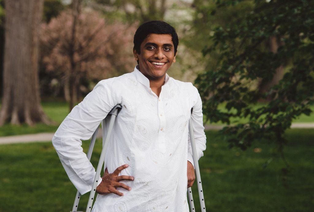 インドの都市ムンバイ出身の車椅子フェンシング選手、ビバース・センさん。障害のある生徒がスポーツをする機会を増やそうとしています (State Dept./University of Tennessee/Jaron Johns)