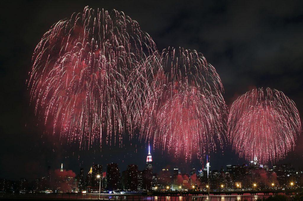ニューヨーク・マンハッタンのイーストリバー上に打ち上げられた独立記念日を祝う花火 (AP Photo/Jason DeCrow)