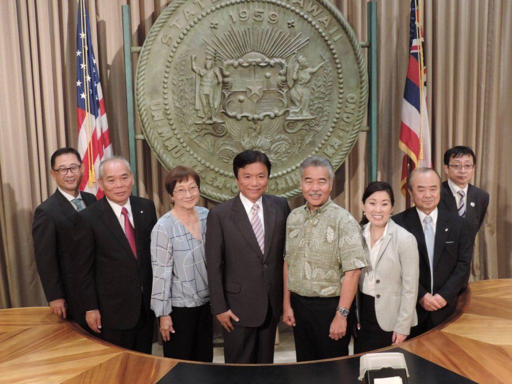 イゲ米ハワイ州知事が福岡からの訪問団を迎えた際には、サクライ首席領事(右から3人目)も同席しました