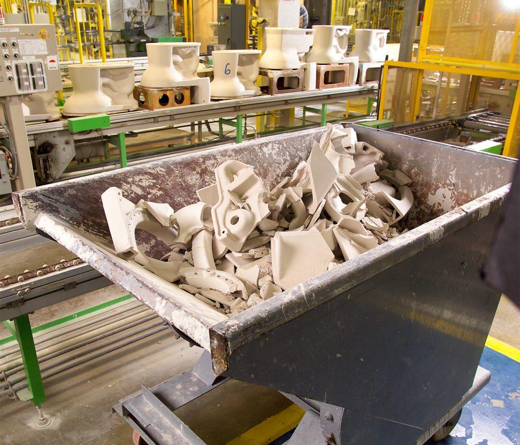 持続可能性に関する賞を受賞したTOTO。ジョージア州のモロー工場で発生する磁器の廃棄物は全て、リサイクルされタイルに加工されます (TOTO USA)