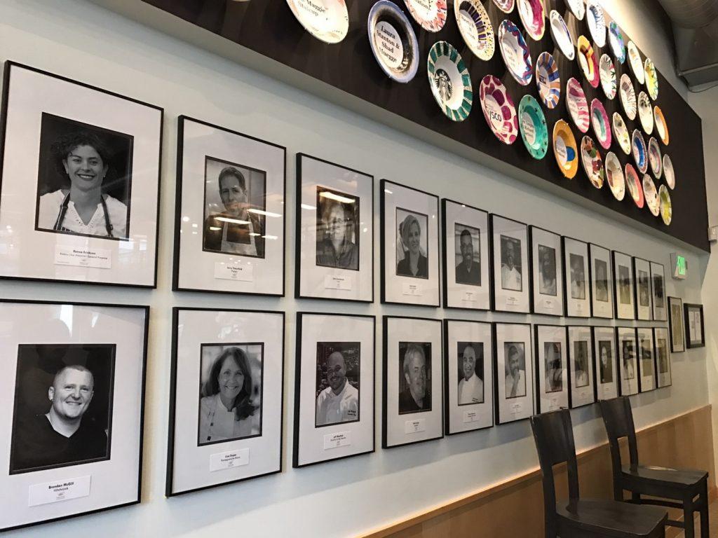 レストランに飾られたFarestartを支援する団体とシェフたちの写真