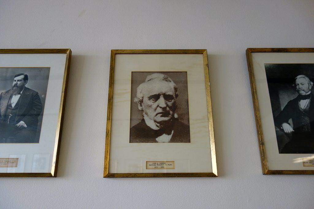 アメリカ大使館内に飾られた歴代大使の写真の中には、ビンガム公使の写真もある