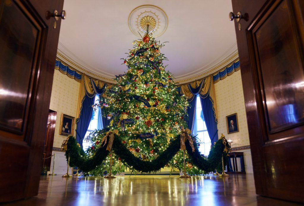 The official White House Christmas tree stands nearly 6 meters tall in the Blue Room. (© Carolyn Kaster/AP Images)