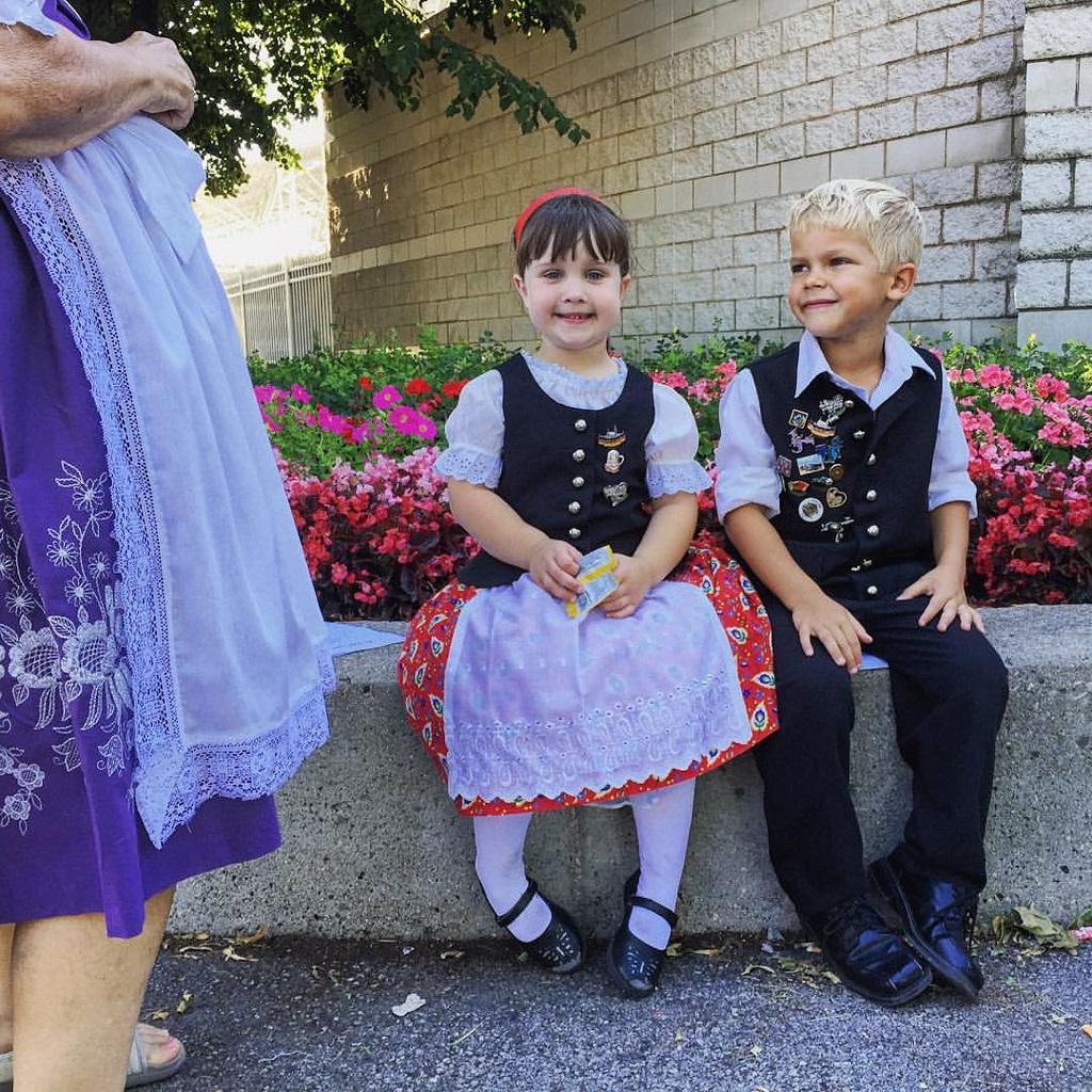 北米最大のドイツ祭りの1つミルウォーキーのジャーマンフェストで伝統的な衣装をまとう子供たち。ドイツのフォークダンス、音楽、食べ物が呼び物 (© Sherry L. Brukbacher)