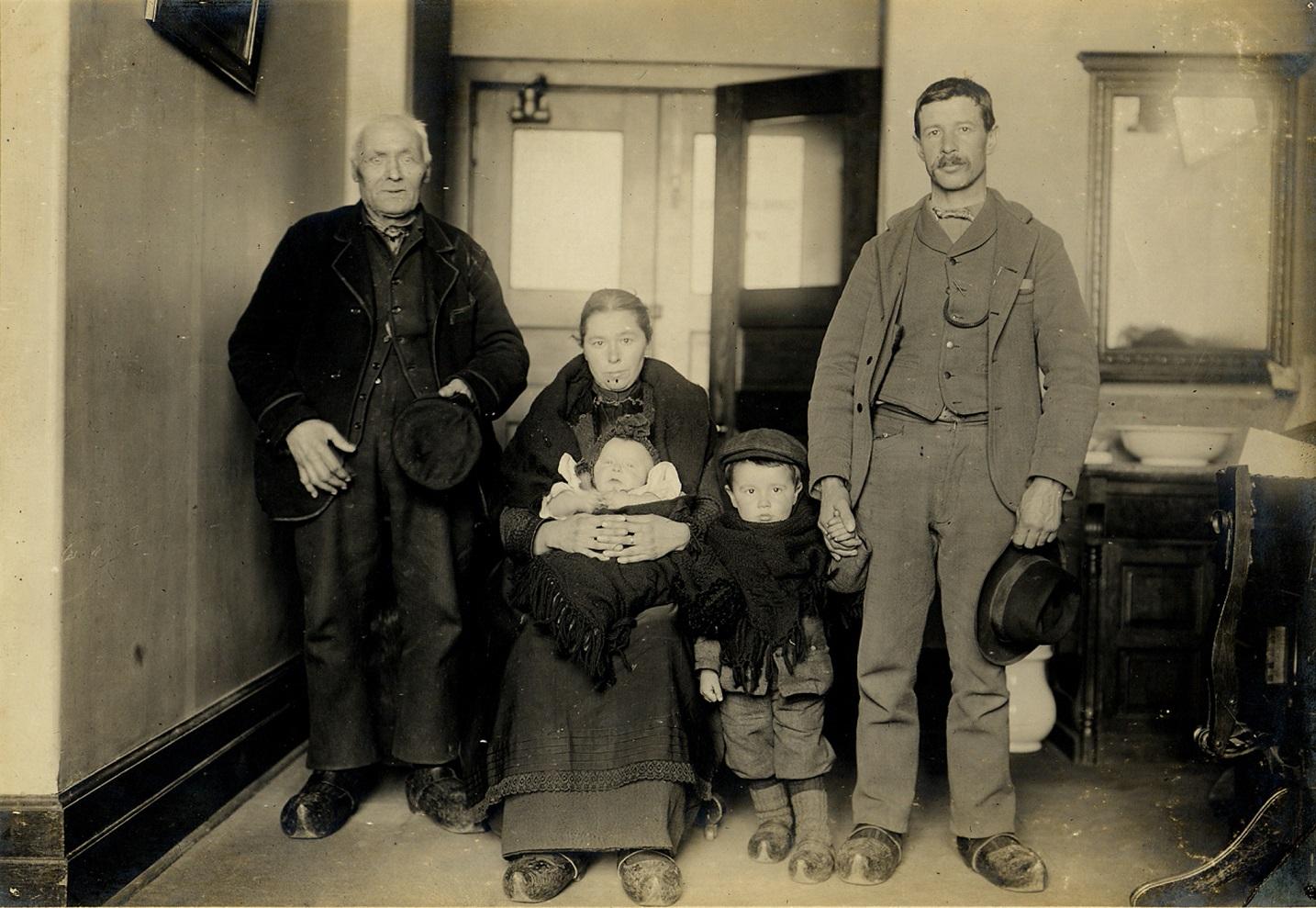 1900年代初頭に、ニューヨーク・エリス島の移民局に到着したドイツ人親子3代 (National Park Service)