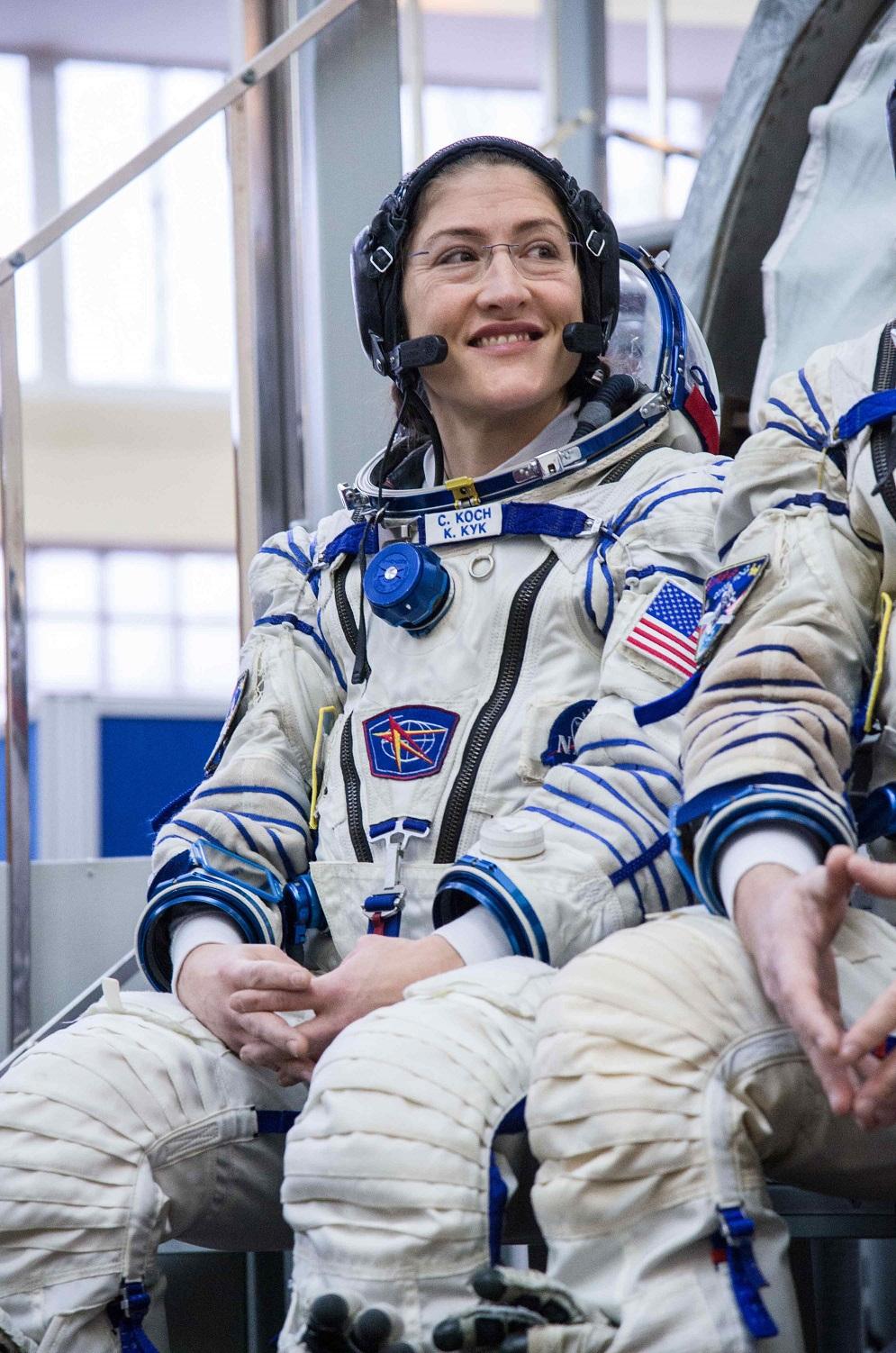 国際宇宙ステーションへの飛行前に質問を聞くクリスティーナ・コックさん (Beth Weissinger/NASA)