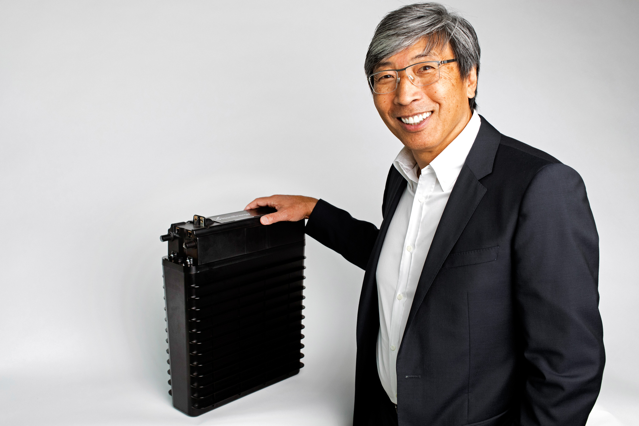 ナントエナジー社のパトリック・スン・シオン会長と同社が開発した充電式空気亜鉛電池 (© Calvin B. Alagot/Los Angeles Times)