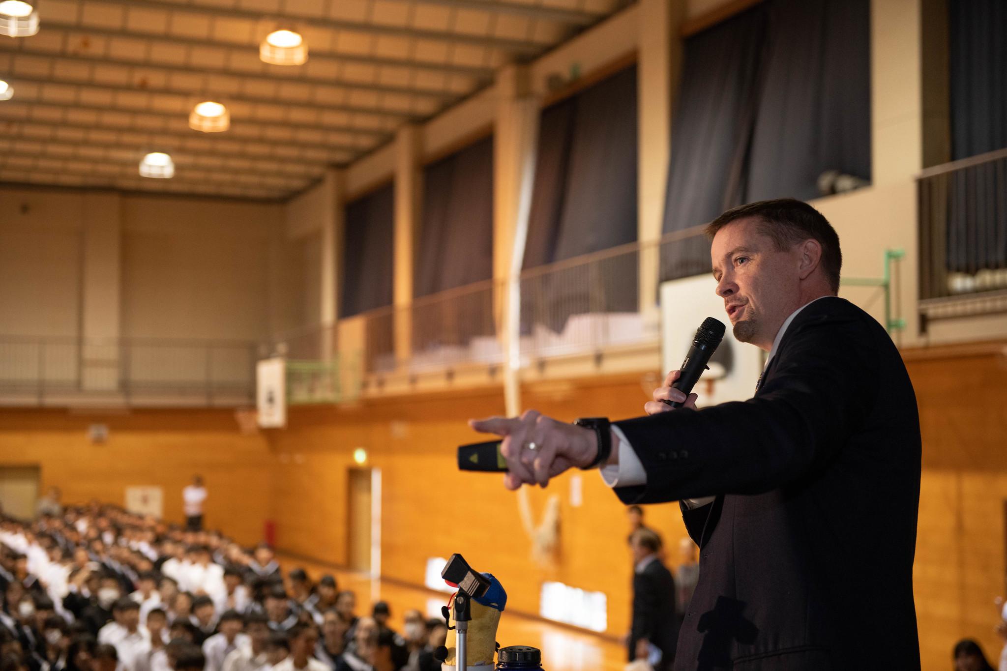 練馬区立石神井中学校にて行われた「Go for Gold」イベントで講演するケビン・ルベッシュ情報管理課長