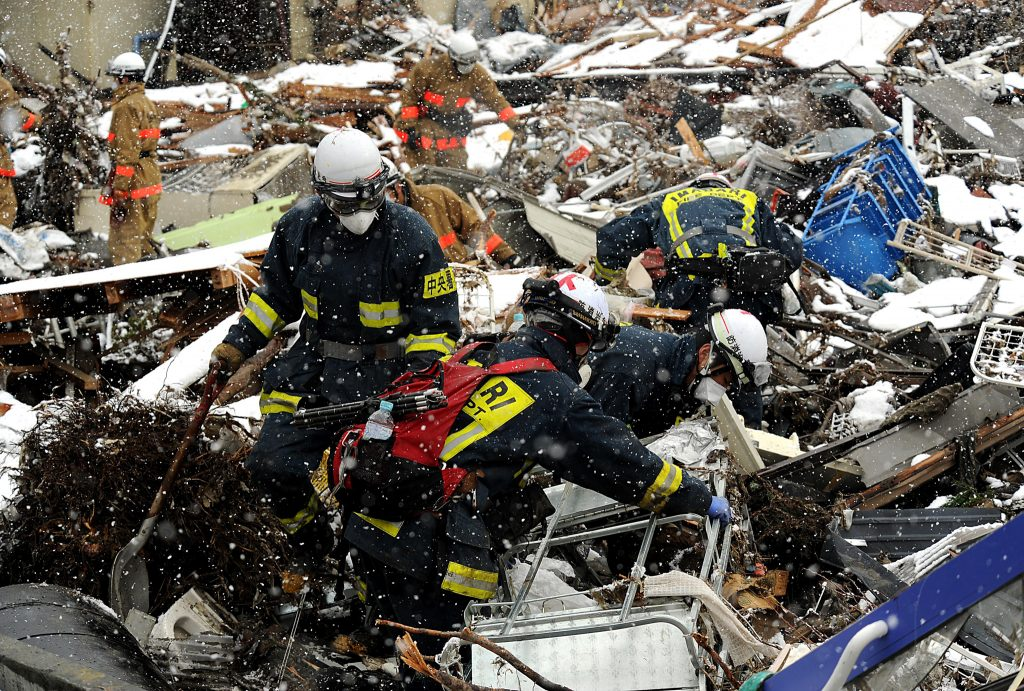 2011年3月の震災後に、岩手県釜石市・鵜住居(うのすまい)で日本の救援チームと協力し、がれきの中の生存者を探す米軍兵士たち(写真提供:ジェレミー・ロック米空軍曹長)
