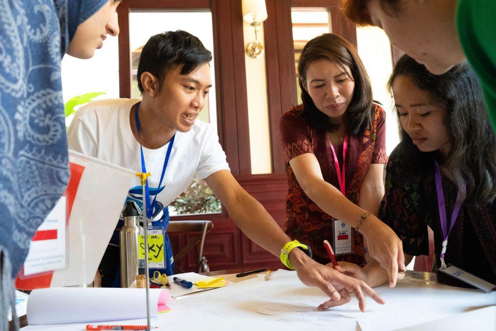 エコツーリズムデー2019の計画を検討するYSEALI参加者(YSEALI提供)