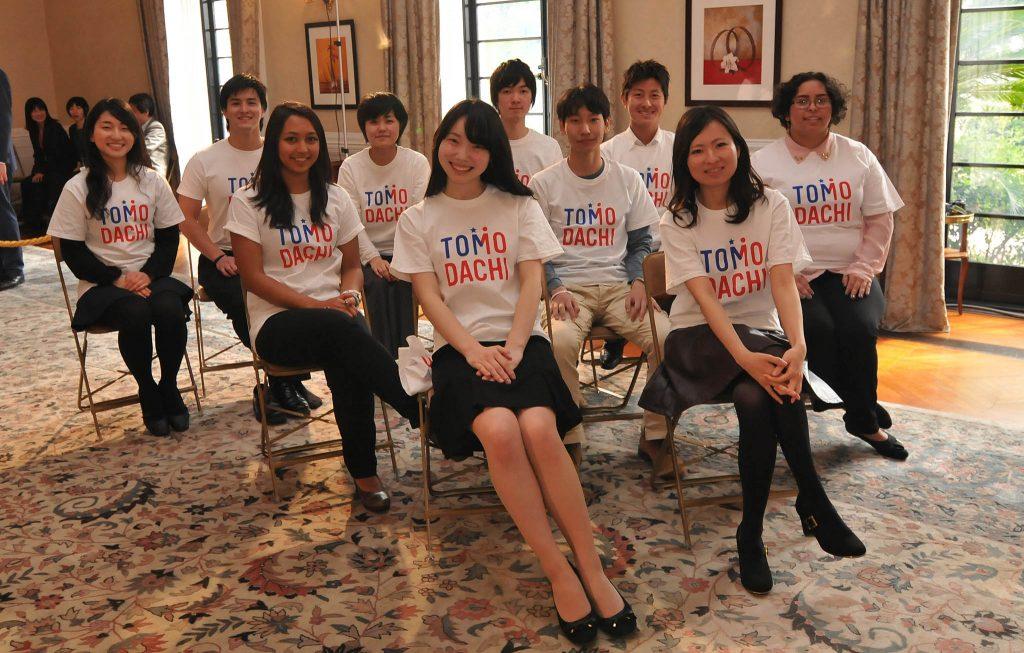 2013年、東京の駐日米国大使公邸で行われたTOMODACHIイベントの参加者(米国務省提供)