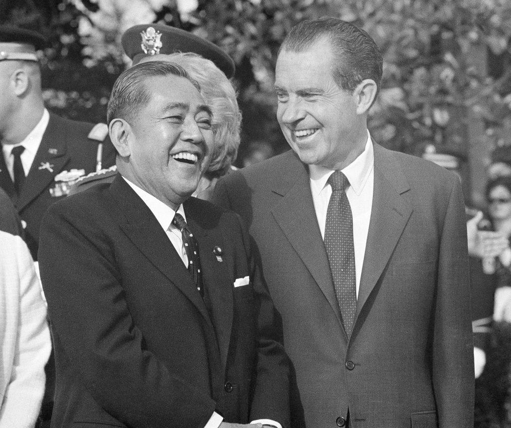 1969年11月19日、ワシントンに佐藤栄作首相を迎えるリチャード・ニクソン大統領(右)(© AP Images)