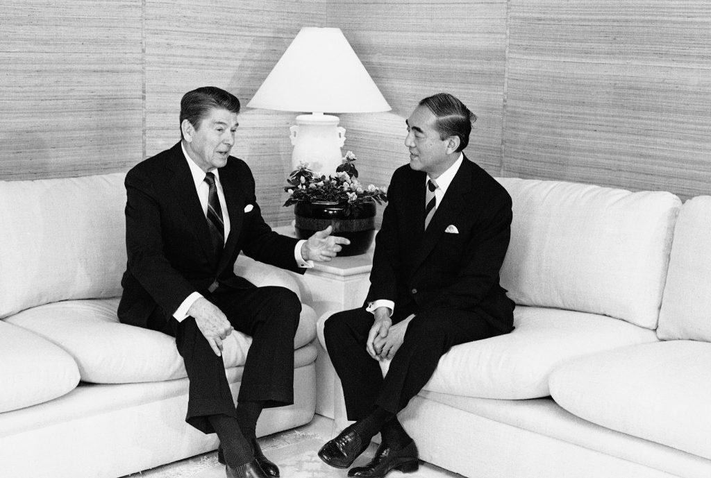 1985年の首脳会談前に会話するロナルド・レーガン大統領と中曽根康弘首相。両首脳は数年にわたり、原子力や貿易などの諸問題について頻繁に協議した (© Ira Schwartz/AP Images)