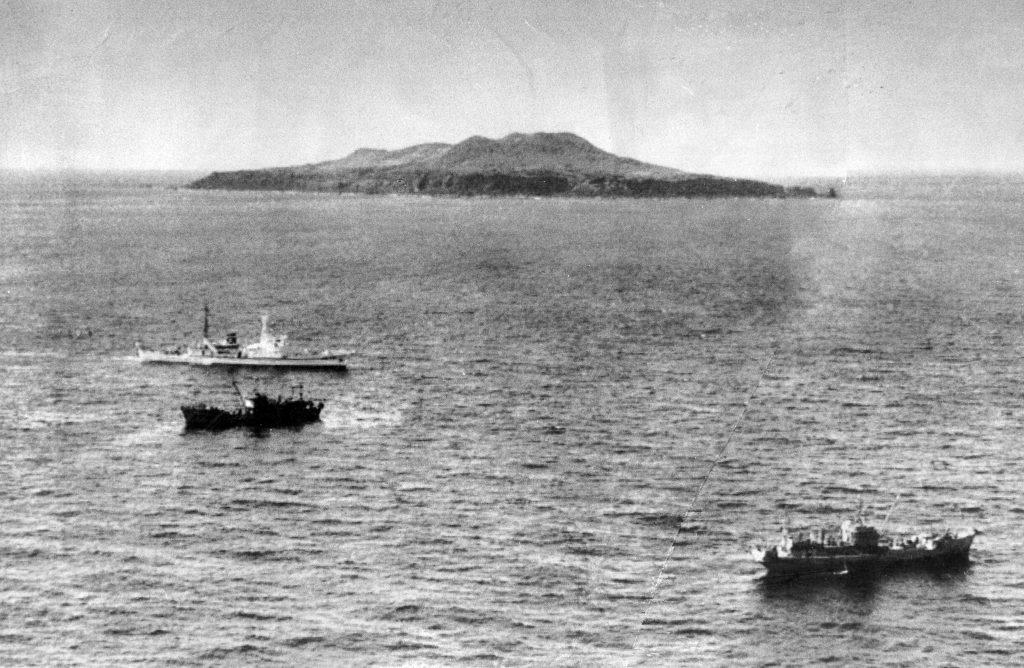 1978年4月、沖縄県尖閣諸島の久場島近辺を航行する中国漁船を監視する日本の海上保安庁の巡視船 (© Asahi Shimbun/Getty Images)