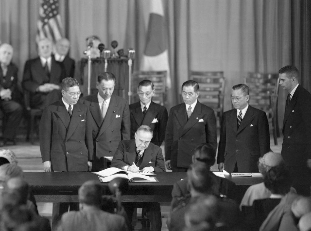 1951年9月8日、サンフランシスコ平和条約に署名する吉田茂首相。「日本国とアメリカ合衆国との間の安全保障条約」にも署名 (© Getty Images)