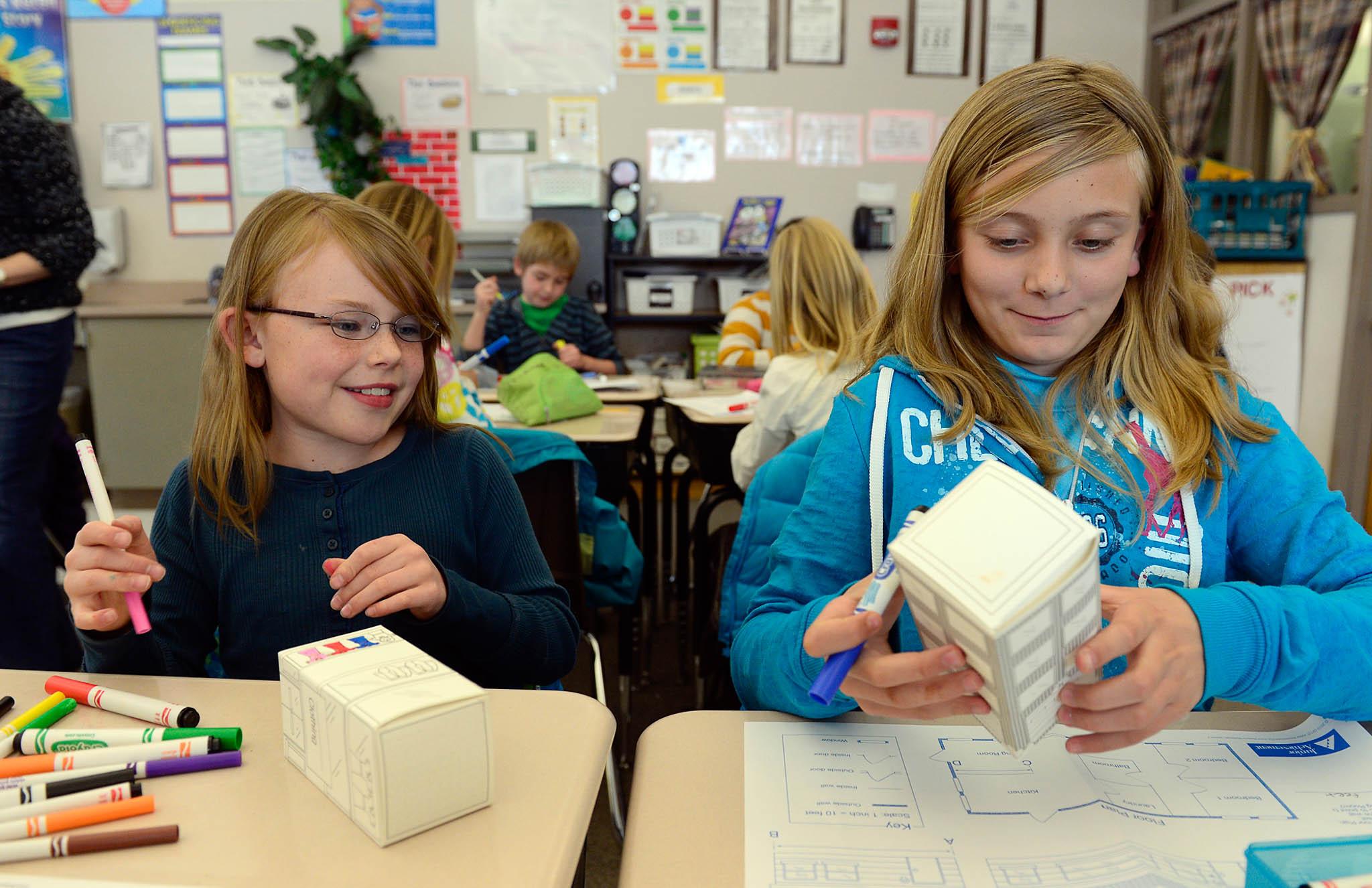 生徒にビジネスと財務の多面性を教える「ジュニア・アチーブメント」。都市計画の授業で紙の建物を作る3年生(© Lewis Geyer/Digital First Media/ Boulder Daily Camera/Getty Images)