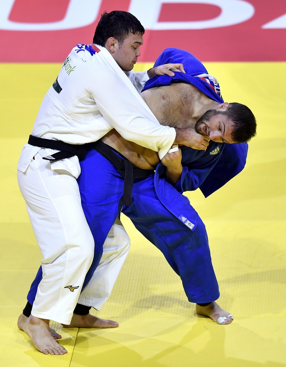 Aaron Wolf (left) defeated Georgia's Varlam Liparteliani and won the gold medal at the judo world championships in Budapest, Hungary. September 2, 2017. (© AP Images)